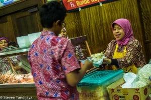 ST-8-Interaksi pedagang dengan pelanggan pada saat Indonesian Food Festival.