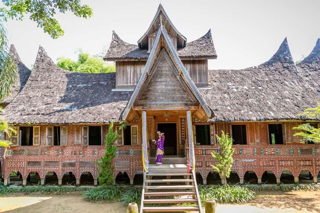 6) Rumah Gadang - Sumatera Barat