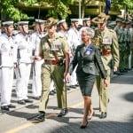 Gubernyr Jenderal Linda Dessau memeriksa barisan