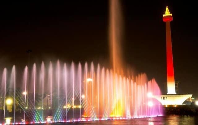 Mengunjungi Taman Air Mancur Monas di Malam Hari