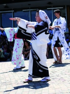 Pengunjung berpartisipasi menari Bon Odori (1)