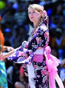 Pengunjung berpartisipasi menari Bon Odori (3)