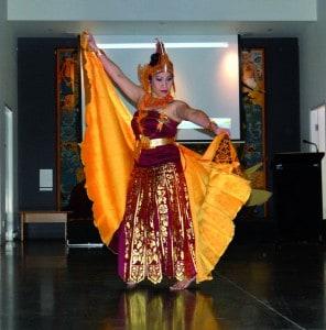 Maria Obrowski, guru bahasa Indonesia, membawakan Tari Merak.
