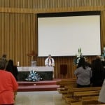 Fr. Christopher Dowd memimpin memorial service untuk alm. Kevin Alexander Soetjipto. Foto: OZIP