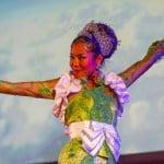 Amanie Faesal membawakan tari Jaipong.