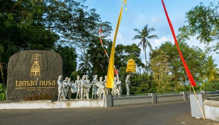 SEHARIAN BERKELILING INDONESIA DI TAMAN NUSA